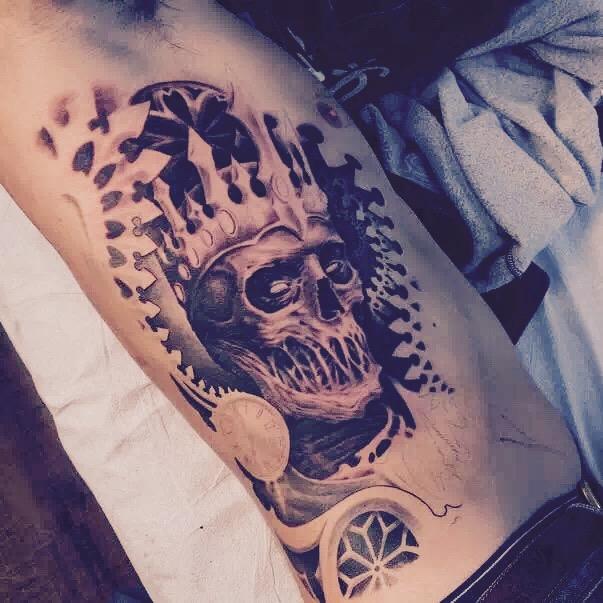 罗先生侧身处的立体骷髅纹身图案图片