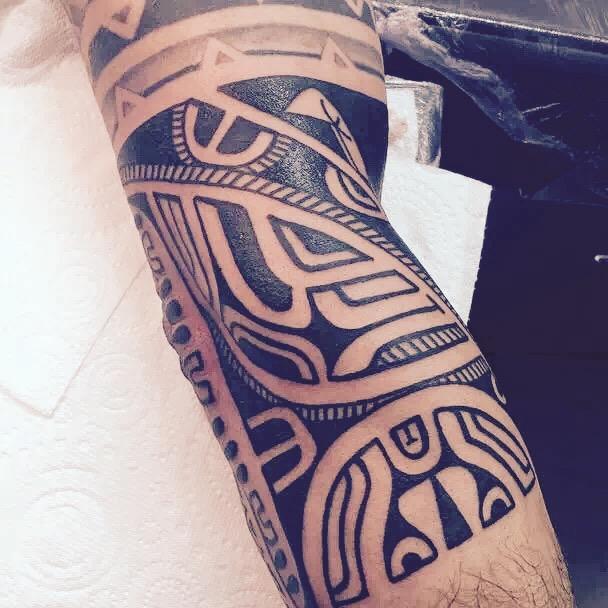 南先生腿部的古老玛雅图腾纹身图案