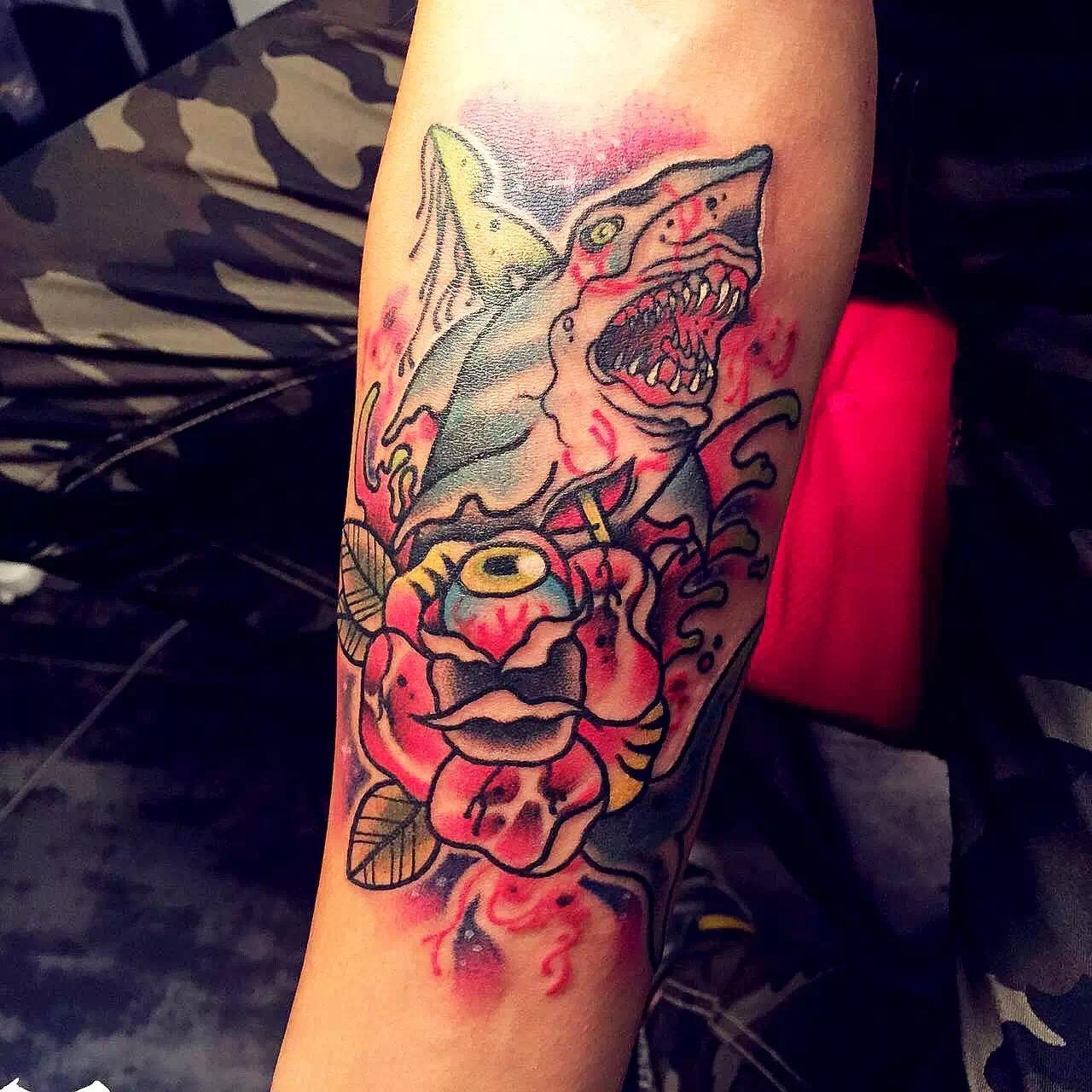 度假中心刘先生手臂上的彩绘鲨鱼纹身图案