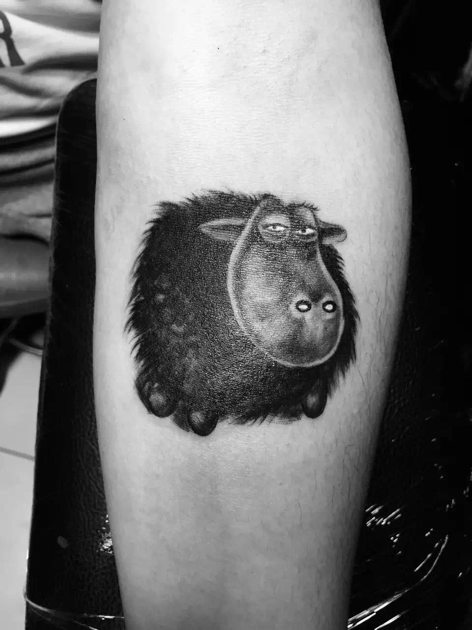 一款纹身图案,可以传递出许多信息内容,比如主人的喜好、秉性、特长、情感等等。天津的曹先生在自己的手臂上纹刻了一款卡通风格的呆萌牛的纹身图案,大大的脑袋小小的眼睛,再加上浑身黑黝黝又毛茸茸的毛发,呆萌搞笑的样子让人忍俊不禁。从这样的纹身图案中我们就可以看出,曹先生在生活中也是童心未泯的人,也一定是非常乐观搞笑的人。 天津曹先生纹刻的这款纹身图案虽然说是卡通风格,但是纹刻技巧却丝毫不简单,为了让这只呆萌牛尽可能的逼真可爱,虽然只是简单的深浅色调的转换,但是每一个细节都处理的很到位,通过纹身的方式将牛皮毛的毛