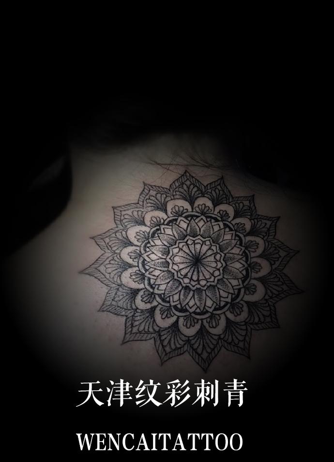 性感的董小姐后背曼陀罗花纹身图案