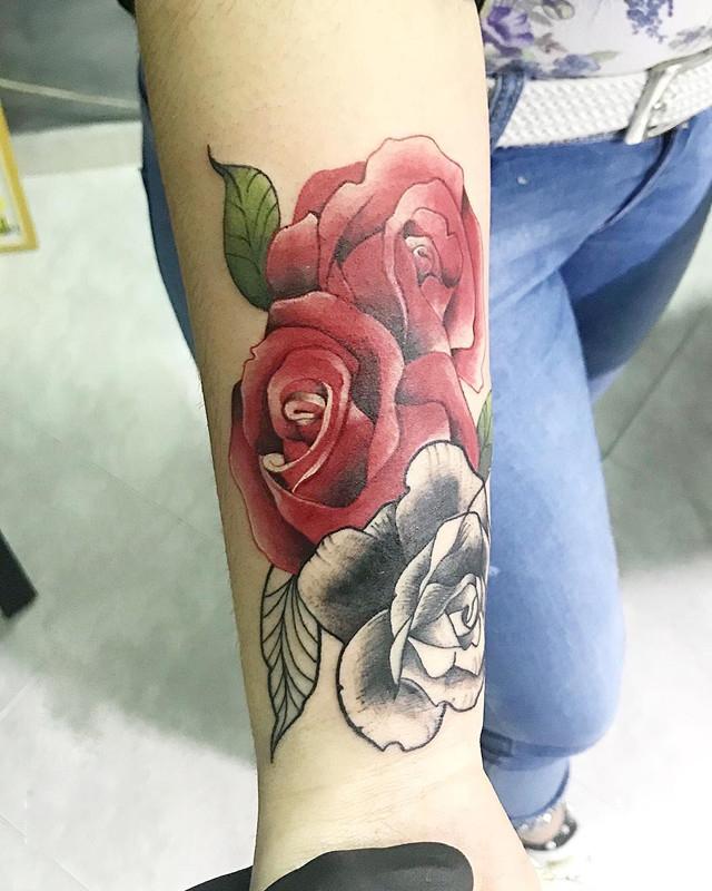 天津梧桐公馆做美容整形师的鄂小姐小臂写实玫瑰纹身图案图片