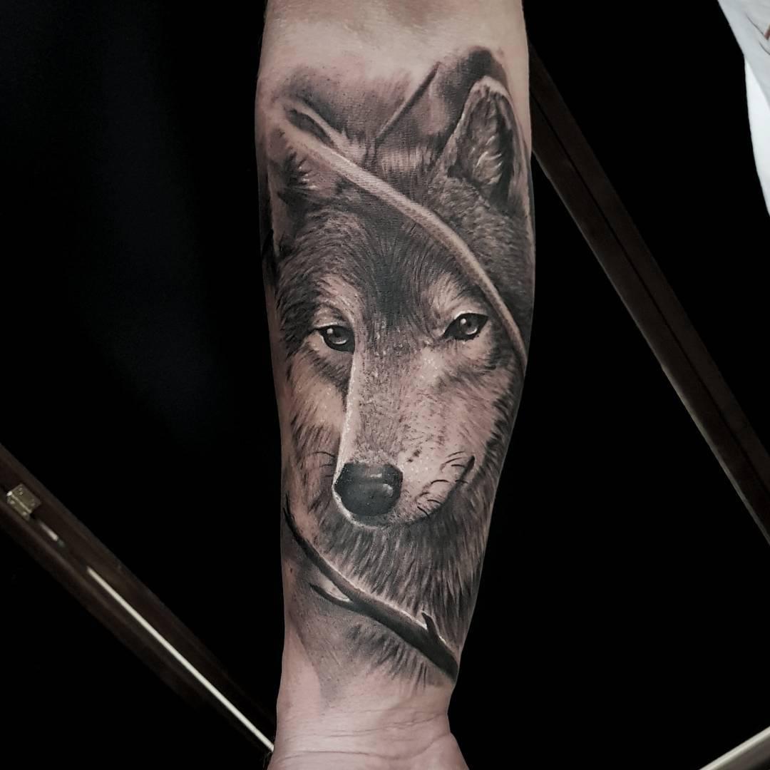 做仪器行业的咸先生小臂写实狼纹身图案