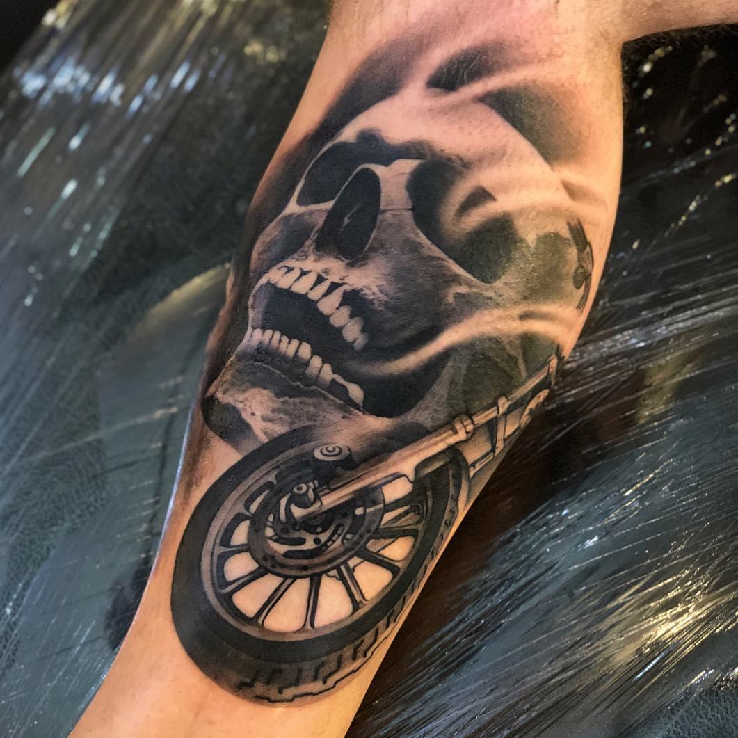 小腿写实骷髅车轮纹身图案