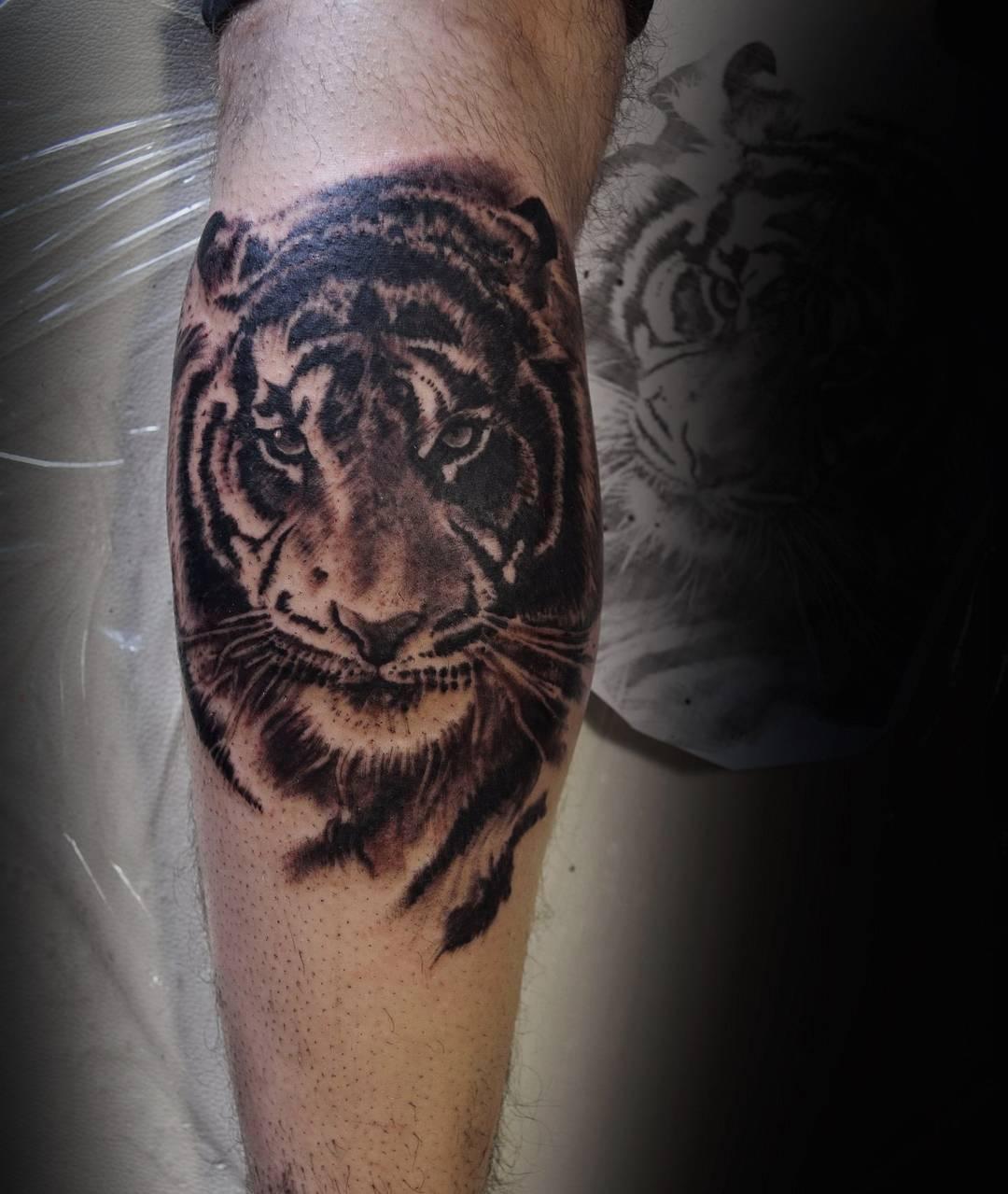 小腿写实虎首纹身图案