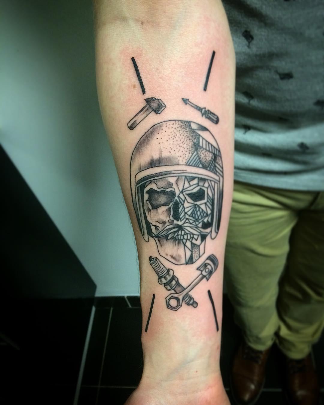 小臂黑灰骷髅纹身图案
