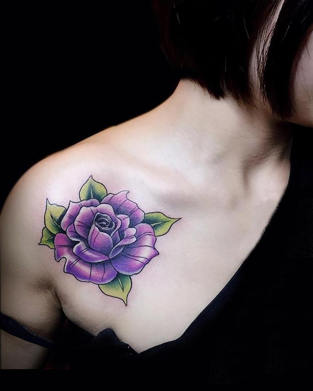 锁骨彩色玫瑰纹身图案