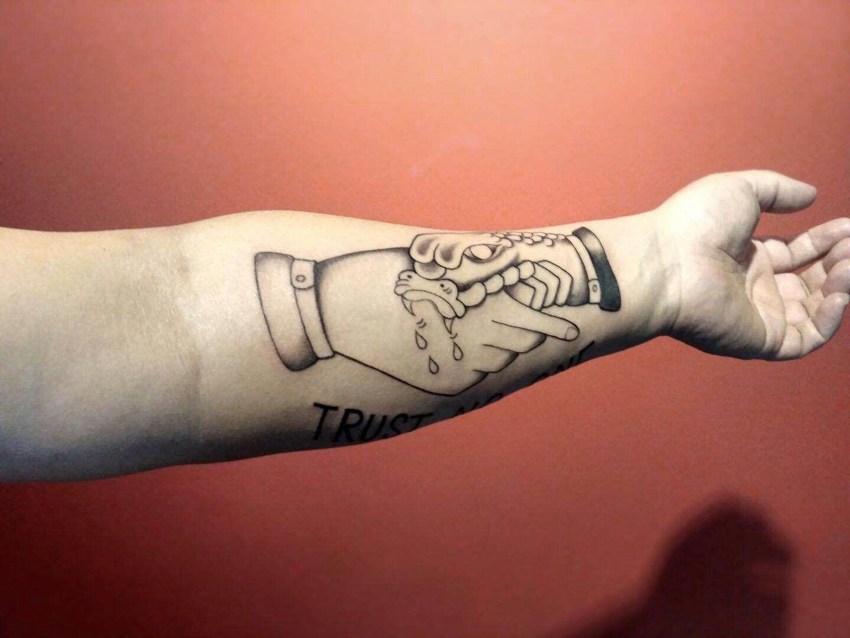 小臂黑灰线条oldschool蛇纹身图案图片
